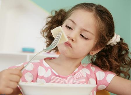 როგორ მოვიქცეთ, როცა ბავშვი ბევრს ჭამს და სუქდება?